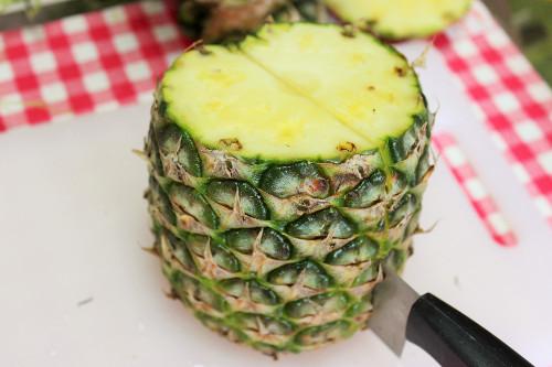 パイナップル切り方半分に切る