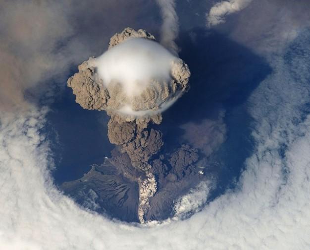 火山が噴火する写真